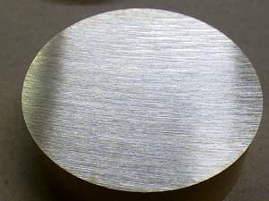 真鍮丸材を切断した写真